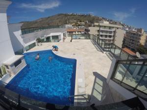 Uma vista da piscina em Loft Prainha ou nos arredores