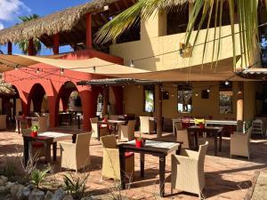 Um restaurante ou outro lugar para comer em Villa at the Beach, Blue Bay Golf & Beach Resort