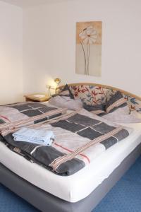 Gulta vai gultas numurā naktsmītnē Hotel Haarener Hof