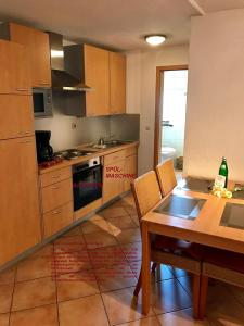 Een keuken of kitchenette bij Residenz Moselzauber - Ferienwohnungen mit Pool Landschaft