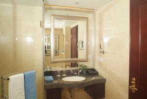 A bathroom at The Royal Marina Plaza Hotel Guangzhou