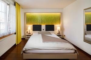 A bed or beds in a room at Hotel Jardin Bern