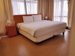 A bed or beds in a room at Alpha Service Suites at Times Square KL