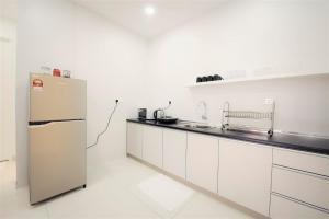A kitchen or kitchenette at Arte S Suite 3房式度假公寓套房