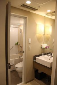 A bathroom at Hotel Ryumeikan Tokyo