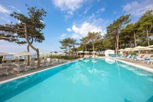 Der Swimmingpool an oder in der Nähe von Ježevac Premium Camping Resort by Valamar