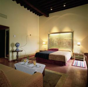 A bed or beds in a room at Parador de Trujillo