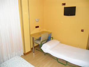 A bed or beds in a room at Hostal Don Suero