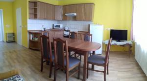 A kitchen or kitchenette at Apartman Utvina