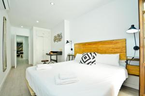 Un pat sau paturi într-o cameră la The Zentral Suites & Apartments