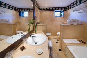 A bathroom at Parador de Jarandilla de la Vera