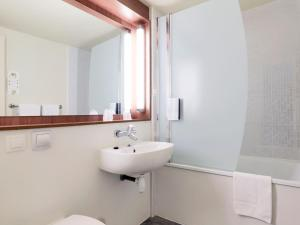 Salle de bains dans l'établissement Campanile Rouen Est - Franqueville Saint Pierre