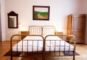 Кровать или кровати в номере Hotel U Zlateho jelena