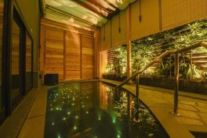 Het zwembad bij of vlak bij Capsule Hotel Anshin Oyado Premium Resort Kyoto Shijo Karasuma