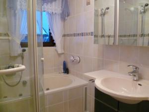 Ein Badezimmer in der Unterkunft Ferienwohnungen und Gästezimmer Herrmann