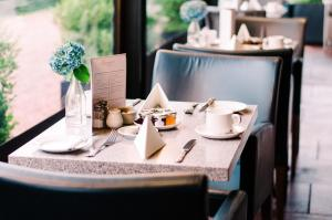 A restaurant or other place to eat at Abbey House Hotel