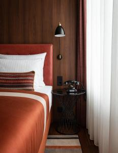 A bed or beds in a room at AMERON Hamburg Hotel Speicherstadt