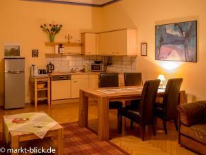 Küche/Küchenzeile in der Unterkunft Marktblick - Ferienwohnungen LAUM Altenburg
