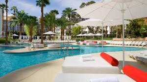 Der Swimmingpool an oder in der Nähe von Tropicana Las Vegas a DoubleTree by Hilton Hotel and Resort