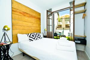 A bed or beds in a room at The Zentral Suites & Apartments