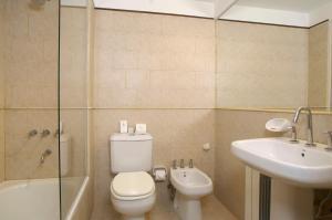 A bathroom at Cilene del Faro Suites & Spa