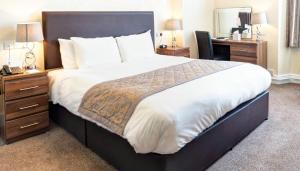A bed or beds in a room at Best Western The Royal Chase Hotel