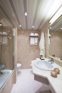 A bathroom at Eurotel Altura