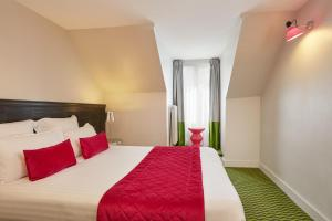 A bed or beds in a room at Hotel Antin Trinité