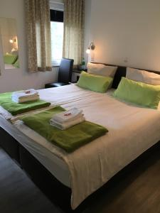A bed or beds in a room at Hotel Tau-Lünne