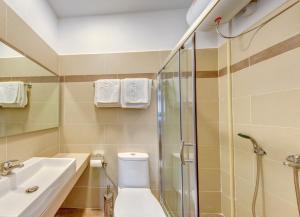 Hotel Halaris tesisinde bir banyo
