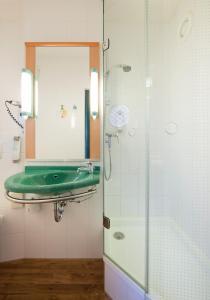 A bathroom at ibis Bochum Zentrum