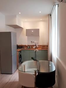 A kitchen or kitchenette at Bel Appart Tout Equipé