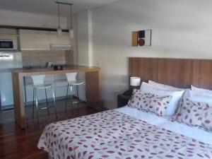 Una cama o camas en una habitación de Nandó Apart Hotel