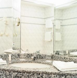A bathroom at Hotel Mercator Itzehoe-Klosterforst