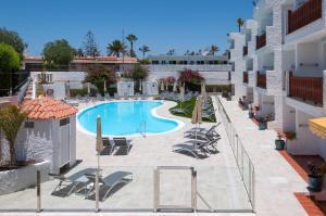 Uitzicht op het zwembad bij Apartamentos Dunasol of in de buurt