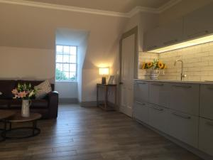 A kitchen or kitchenette at Irvine One Bedroom Apartment
