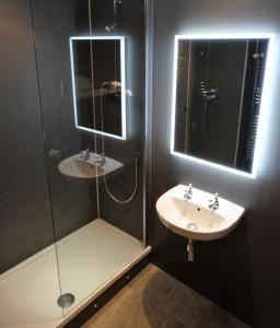 A bathroom at Cantley House Hotel - Wokingham