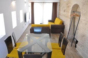 A seating area at Patios del Orfebre