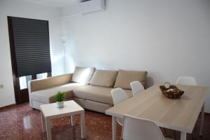 A seating area at Apartamentos nueva 13