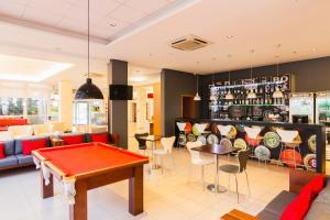 A billiards table at ibis Canoas Shopping