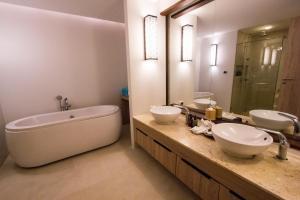 Ein Badezimmer in der Unterkunft AKIRA Lipe Resort