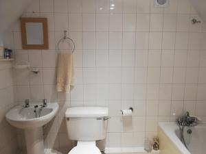 A bathroom at Troy House