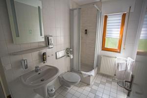 Ein Badezimmer in der Unterkunft Hotel am Ring