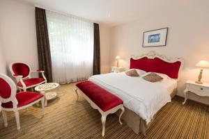A bed or beds in a room at Hôtel Du Parc & Spa et Wellness