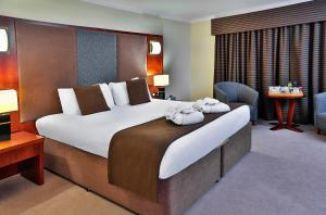A bed or beds in a room at Best Western Plus Dunfermline Crossford Keavil House Hotel