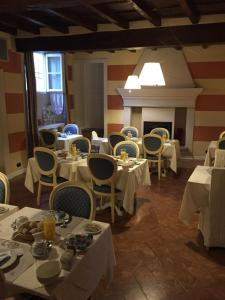 A restaurant or other place to eat at Hotel Casa Arizzoli