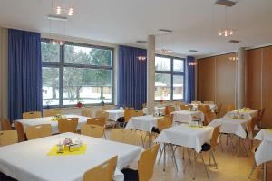 A restaurant or other place to eat at Feriendorf Muess