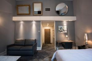 A seating area at Hotel Manoir Morgan