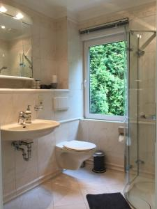 A bathroom at Bungalow Saaletal
