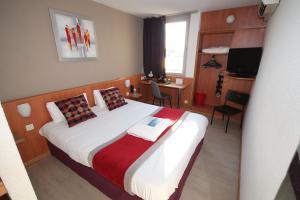 Un ou plusieurs lits dans un hébergement de l'établissement Kyriad Martigues Ecopolis